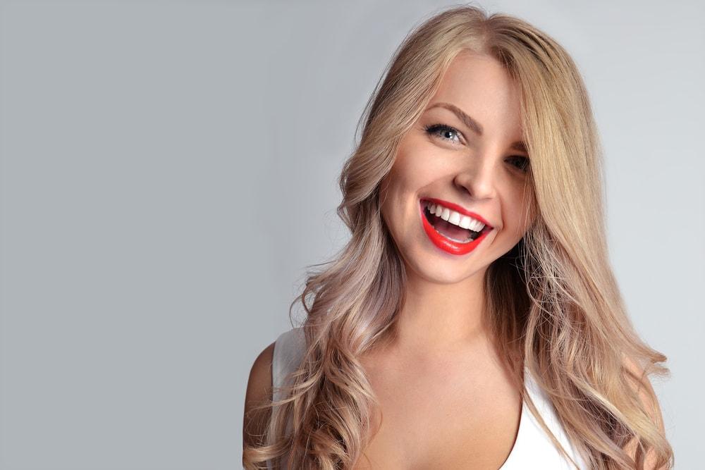szeroki uśmiech u kobiety